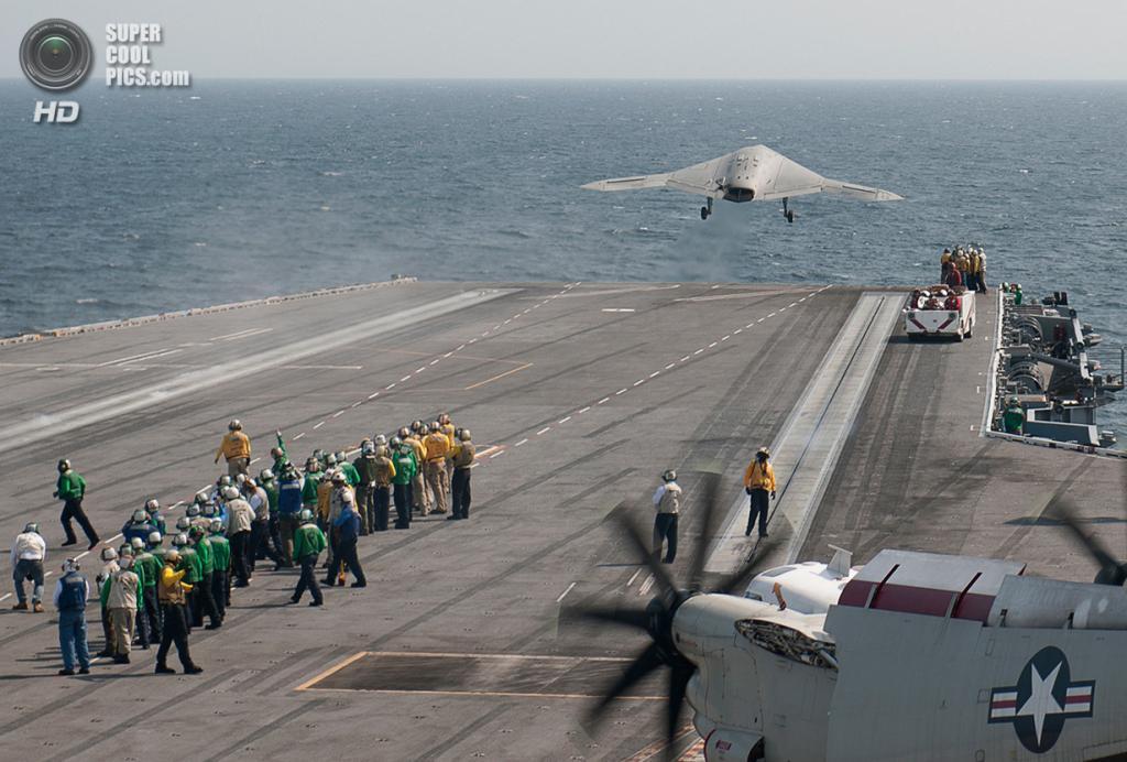 Взлёт беспилотного летательного аппарата Northrop Grumman X-47B с авианосца USS «Джордж Буш» после первого в мире случая посадки БПЛА при помощи аэрофинишёра на авианосец. (U.S. Navy/Mass Communication Specialist 3nd Class Christopher A. Liaghat)