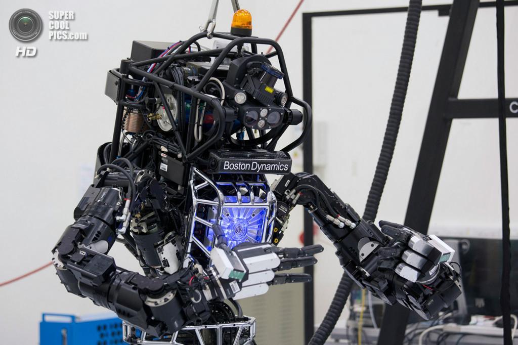 Китай. Гонконг. 17 октября. Двуногий человекоподобный робот «Атлас», разработанный американской компанией Boston Dynamics, демонстрирует способности к тайцзицюаню. (REUTERS/Tyrone Siu)