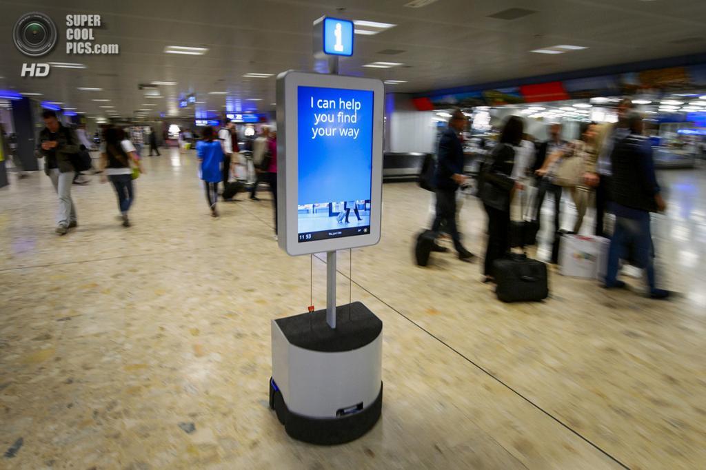 Швейцария. Женева. 13 июня. Робот, помогающий добраться до туалета, банкомата, комнаты утерянного багажа и других важных пунктов в аэропорту. (Fabrice Coffrini/AFP/Getty Images)