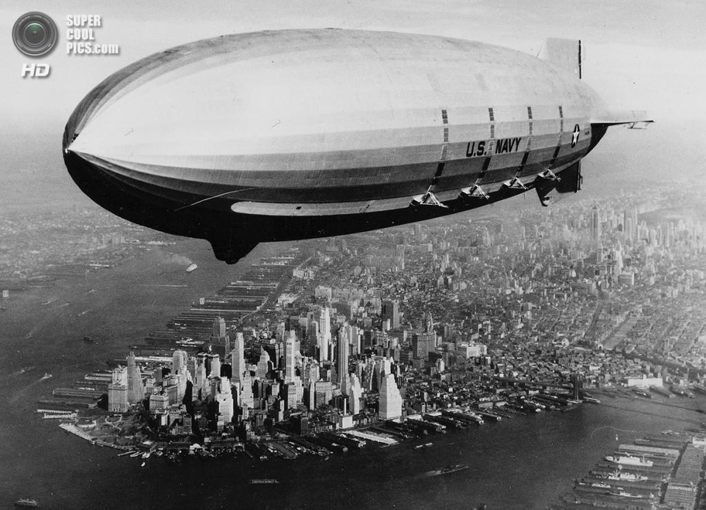 США. Нью-Йорк. 9 октября 1933 года. Военный дирижабль USS «Мейкон» проплывает над Манхэттеном. (AP Photo/U.S. Navy)