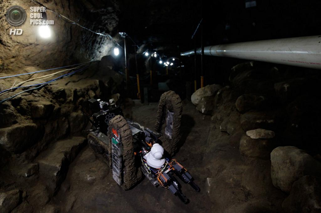Мексика. Теотиуакан, Мехико. 22 апреля. Робот-археолог в храме Кетцалькоатля. (REUTERS/Henry Romero)