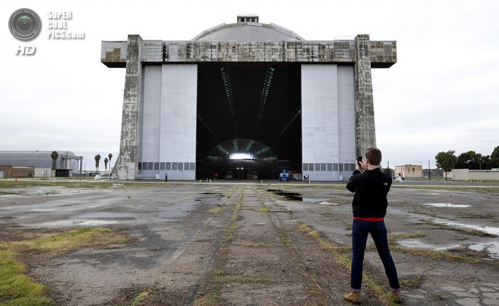США. Тастин, Калифорния. 24 января 2013 года. Прототип будущего ультрасовременного дирижабля в эллинге. (AP Photo/Jae C. Hong)