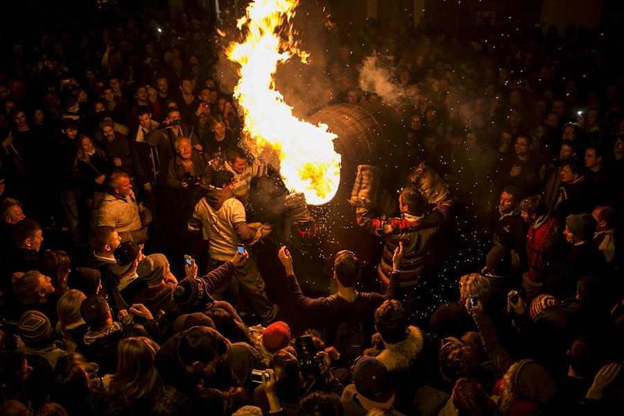 Огненное веселье в Оттери-Сент-Мэри (29 фото)