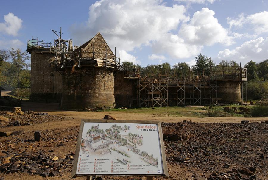 Замок Геделон: Строительство «по старинке» (15 фото)