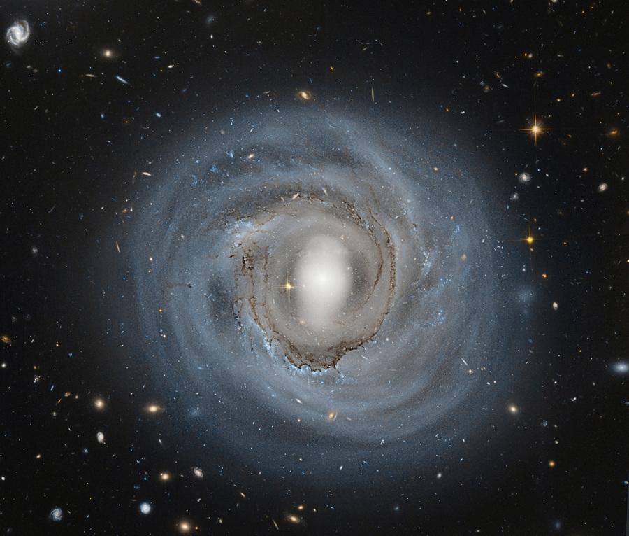 Анемичная галактика (3 фото)