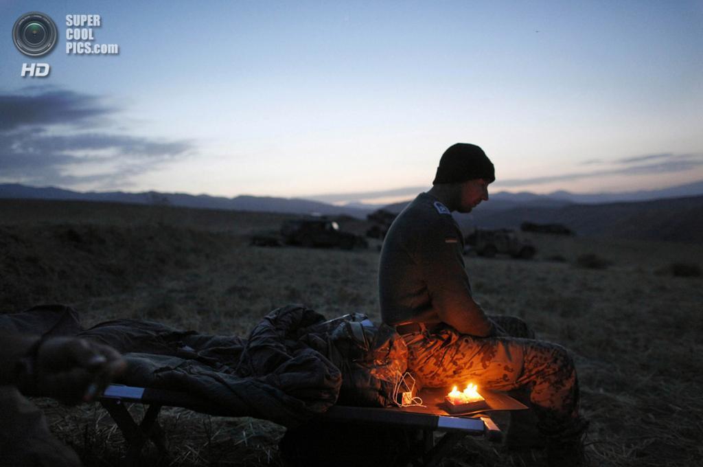 Афганистан. Фейзабад, Кундуз. 16 сентября 2009 года. Немецкий солдат празднует свое 34-летие во время длительного патруля. (AP Photo/Anja Niedringhaus)