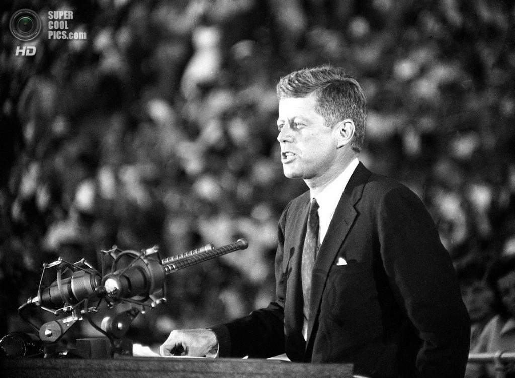 США. Лос-Анджелес, Калифорния. 15 июля 1960 года. Сенатор Джон Ф. Кеннеди объявляет перед 65-тысячной аудиторией, что он будет кандидатом от Демкоратической партии на пост президента в кампании 1960 года. (AP Photo/Dick Strobel)