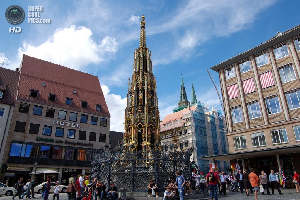 Германия. Нюрнберг, Бавария. Фонтан с золочёными скульптурами на Рыночной площади.  (Hiroki Saito)
