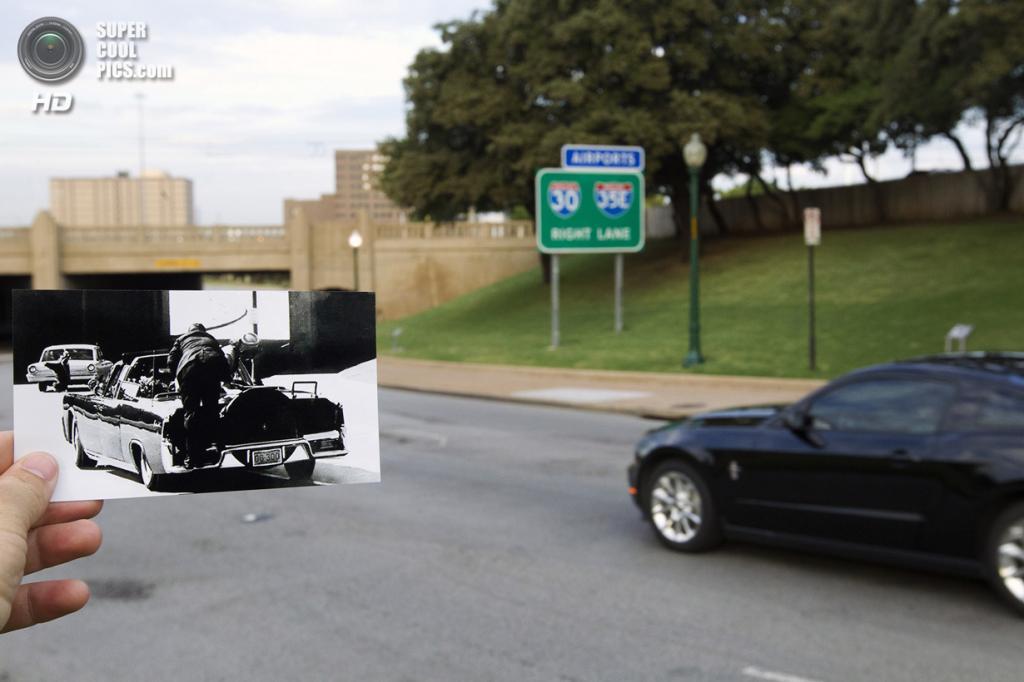 США. Даллас, Техас. 10 сентября. Репортёр с фотографией убийства Джона Кеннеди на месте трагедии. (AP Photo/Houston Chronicle, Cody Duty)