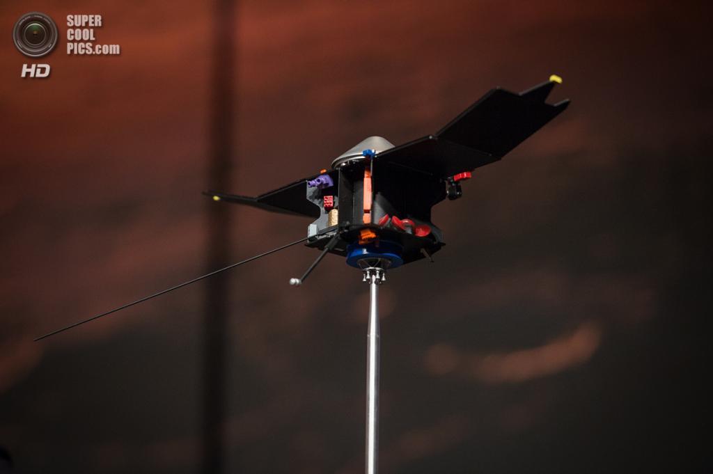 США. Вашингтон. 28 октября. Макет MAVEN на пресс-конференции в штаб-квартире НАСА, посвящённой запуску космического аппарата к Марсу. (NASA/Jay Westcott)