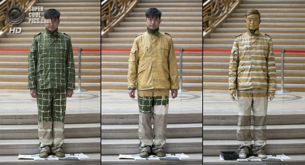 Франция. Париж. 1 апреля 2011 года. Этапы разрисовки Лю Болиня на фоне лестницы Большого дворца. (BERTRAND LANGLOIS/AFP/Getty Images)