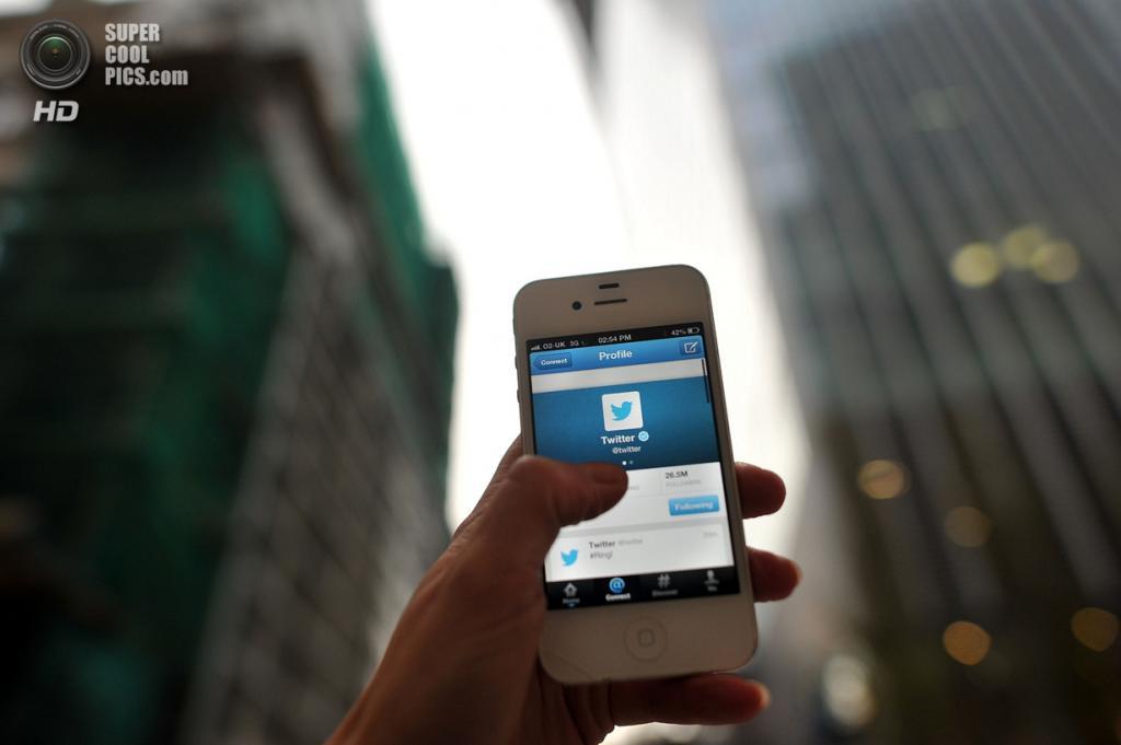 Великобритания. Лондон. 7 ноября. Приложение Twitter на смартфоне репортёра. (Bethany Clarke/Getty Images)