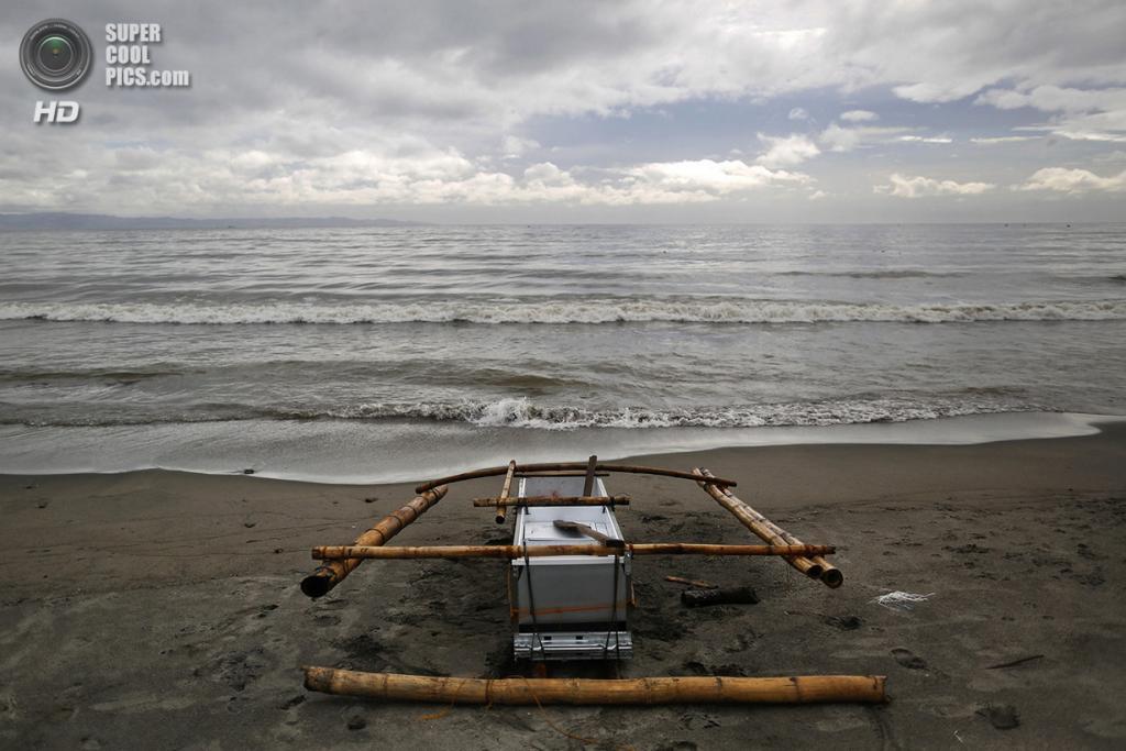 Филиппины. Танауан, Лейте. 20 ноября. Лодка из поломанного холодильника и бамбука на берегу. (REUTERS/Damir Sagolj)