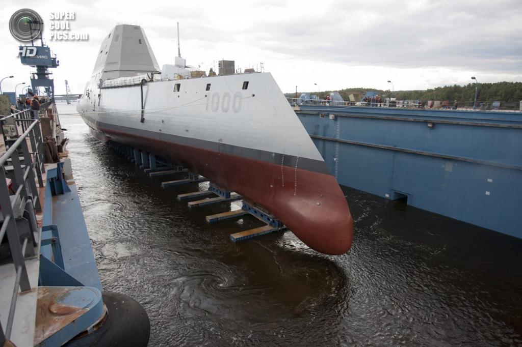 США. Бат, Мэн. Во время спуска эскадренного миноносца Zumwalt на реку Кеннебек. (Michael C. Nutter/U.S. Navy)