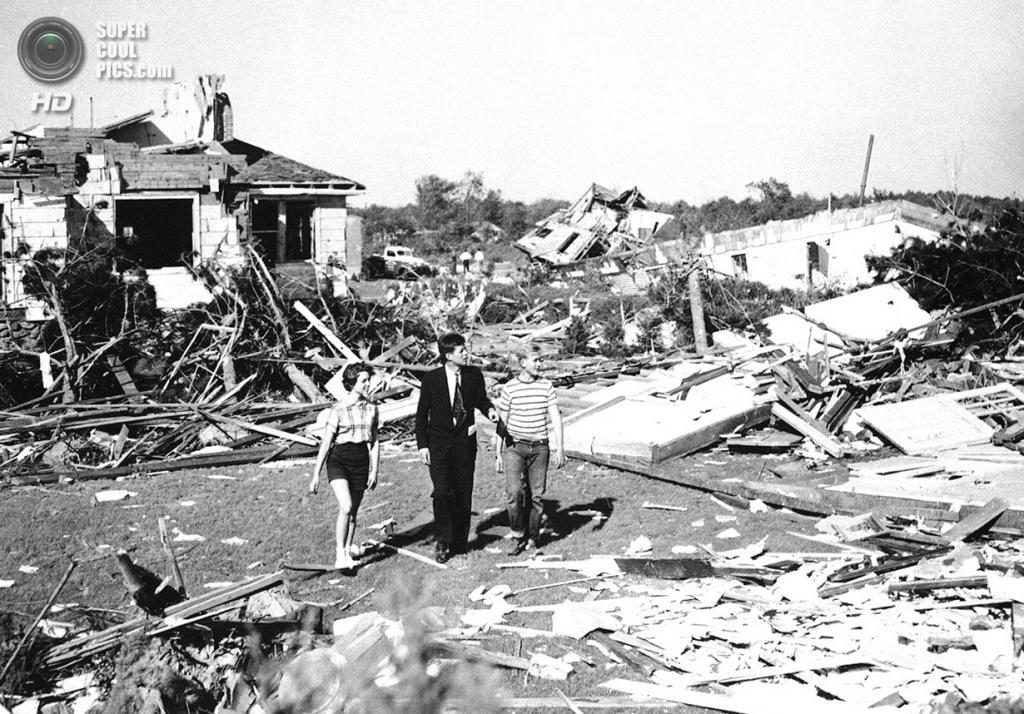 США. Шрусбери, Массачусетс. 10 июня 1953 года. Сенатор Джон Ф. Кеннеди вместе с 15-летним Диком Майером и 14-летней Мелиссой Тайлер осматривает повреждения, вызванные мощным торнадо. 86 человек погибли, 800 — получили травмы, 2 500 — остались без домов. (AP Photo)