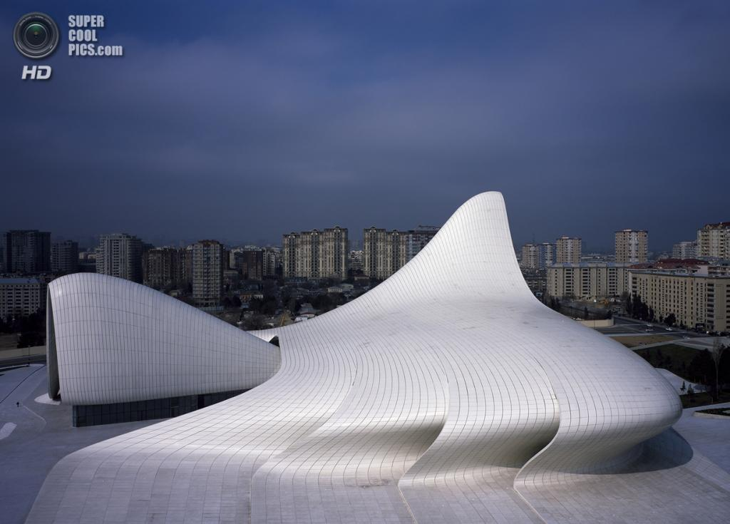 Азербайджан. Баку. Центр Гейдара Алиева, спроектированный Zaha Hadid Architects. (Hélène Binet)