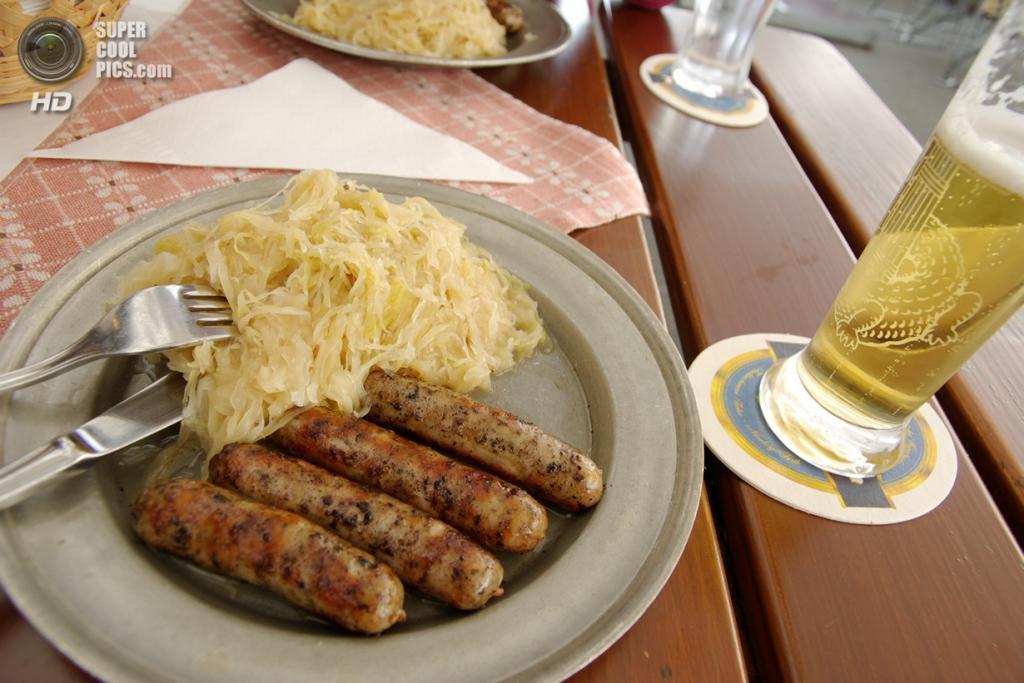 Германия. Нюрнберг, Бавария. Нюрнбергские колбаски с квашеной капустой. (Hiroki Saito)