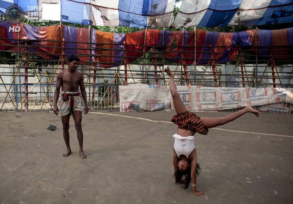 Бангладеш. Джамша. 1 ноября. 8-летняя Пуджа Саркер практикуется под руководством Мухаммеда Мосхрума перед вечерними представлениями. (Getty Images)