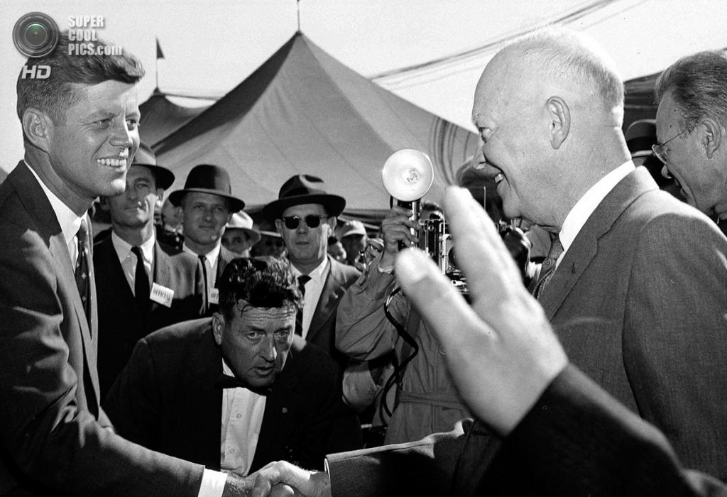 США. Сидар-Рапидс, Айова. 17 октября 1958 года. Сенатор Джон Ф. Кеннеди приветствует 34-го президента США Дуайта Дэвида Эйзенхауэра на Национальном конкурсе сбора кукурузы. (AP Photo)