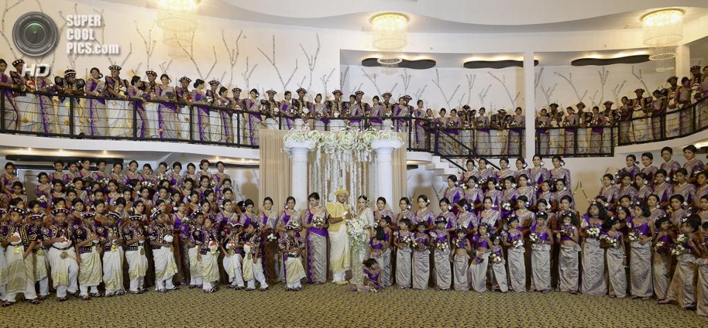 Шри-Ланка. Негомбо, Западная провинция. 8 ноября. Свадьба Нисансалы и Налин, вошедшей в Книгу рекордов Гиннесса по количеству свидетельниц. (LAKRUWAN WANNIARACHCHI/AFP/Getty Images)