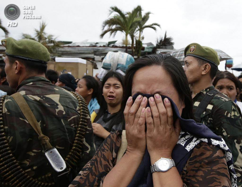 Филиппины. Таклобан. 12 ноября. Выжившие жители города стоят в очереди в надежде попасть на борт самолета C130 для эвакуации. (AP Photo/Bullit Marquez)