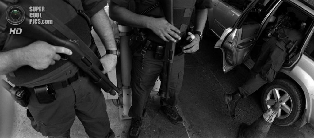 США. Ларедо, Техас. Пограничники осматривают автомобили в поисках наркотиков и других запрещённых вещей на американо-мексиканской границе. (Louie Palu/ZUMA Press)