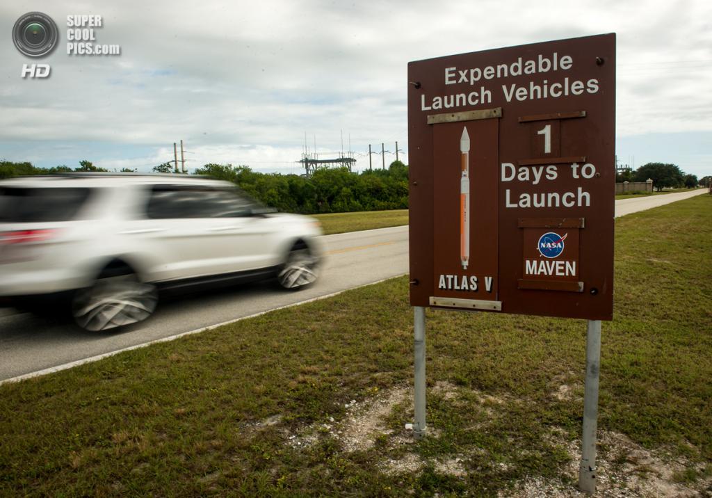 США. Канаверал, Флорида. 17 ноября. Знак на дороге, указывающий количество оставшихся дней до запуска космического аппарата MAVEN. (NASA/Bill Ingalls)