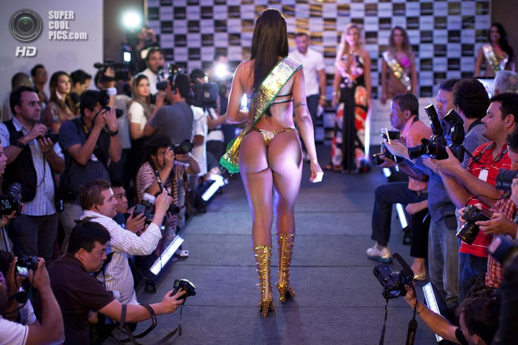 Бразилия. Сан-Паулу. 13 ноября. Во время дефиле победительницы конкурса красоты Miss Bumbum Brasil 2013. (EFE/Sebastião Moreira)