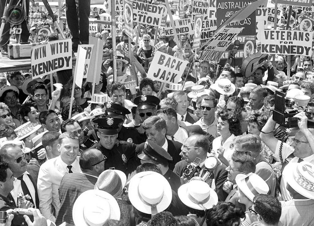 США. Лос-Анджелес, Калифорния. 9 июля 1960 года. Доброжелатели встречают сенатора Джона Ф. Кеннеди в Международном аэропорту Лос-Анджелеса. (AP Photo)