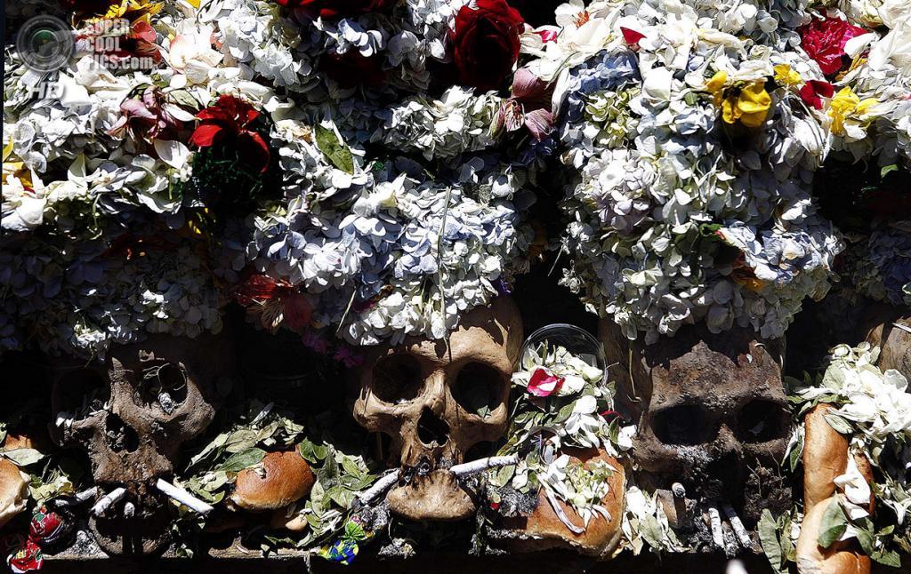 Боливия. Ла-Пас. 8 ноября. Во время празднования Дня черепов. (AP Photo/Juan Karita)