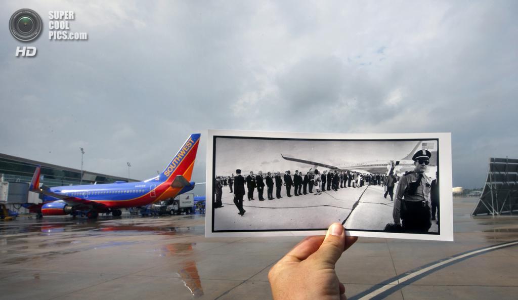 США. Даллас, Техас. 30 октября. Репортёр с фотографией Джона Кеннеди, пожимающего руки встречающим в Международном аэропорту Хьюстона. (AP Photo/Houston Chronicle, Cody Duty)