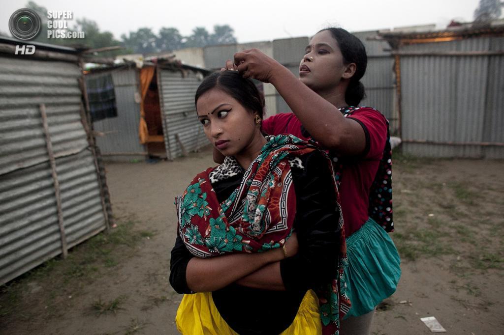 Бангладеш. Джамша. 31 октября. 16-летняя Бристи Акхтер терпеливо ждёт, когда её мама Шеулий закончит собирать жуков из волос. Бристи была рождена в цирке. В прошлом месяце она вышла замуж за кузена. (Getty Images)