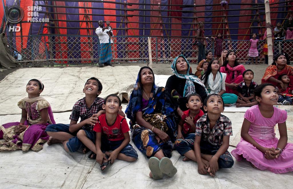 Бангладеш. Джамша. 1 ноября. Женщины с детьми наблюдают за представлением. (Getty Images)