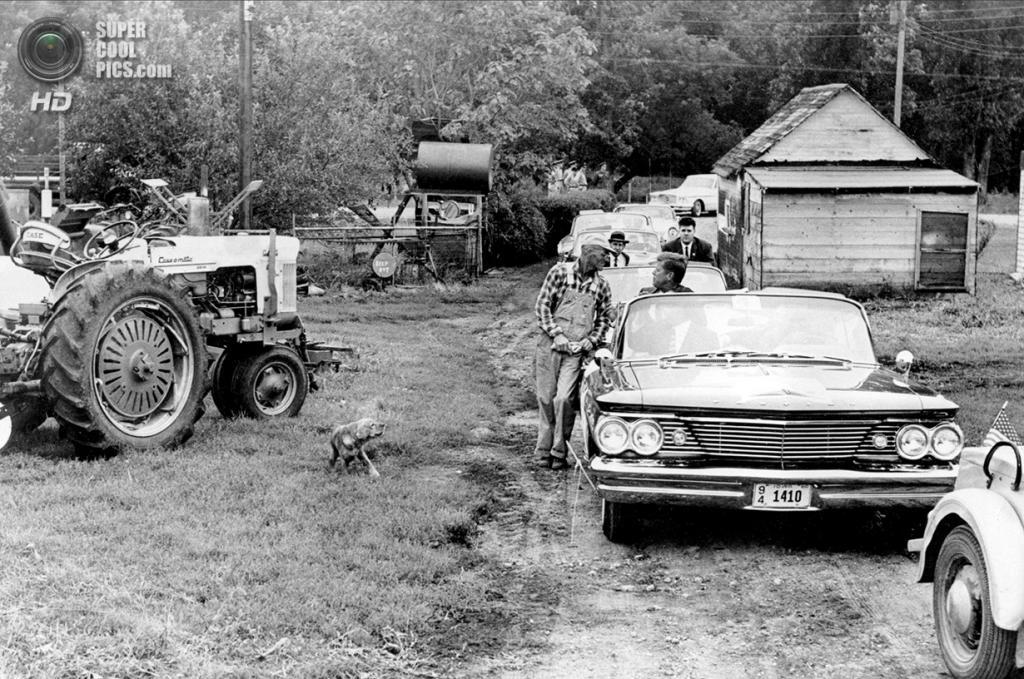 США. Форт-Додж, Айова. 22 сентября 1960 года. Кандидат в президенты США от Демократической партии Джон Ф. Кеннеди на заднем сидении своего «Понтиака» общается с фермером Джеймсом Коксом. (AP Photo)