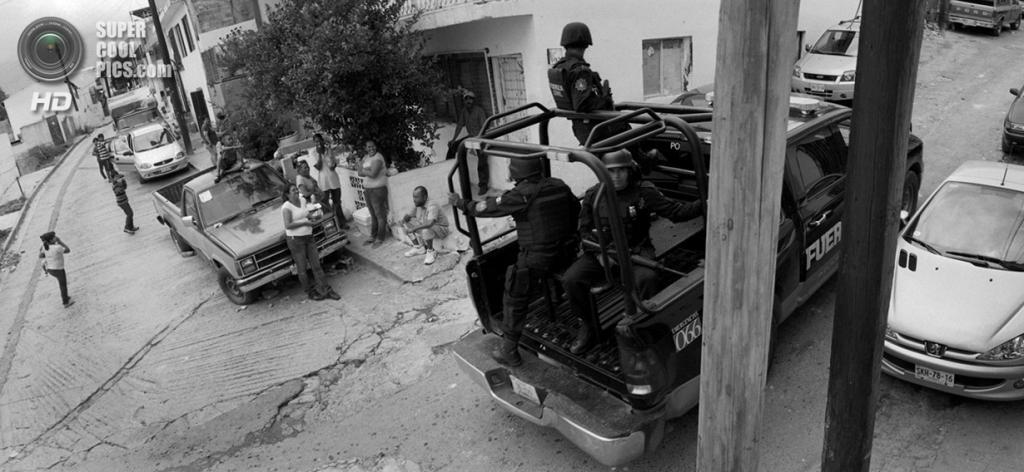 Мексика. Монтеррей, Нуэво-Леон. Тяжело вооруженный полицейский патруль на улицах города, который считается одним из самых богатых и преступных в Мексике. Он является важнейшим хабом из Латинской Америки в США. (Louie Palu/ZUMA Press)