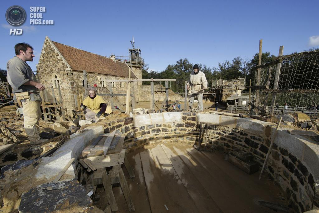 Франция. Треньи, Йонна, Бургундия. 29 октября. Строительство шато XIII века под названием Геделон. (REUTERS/Jacky Naegelen)