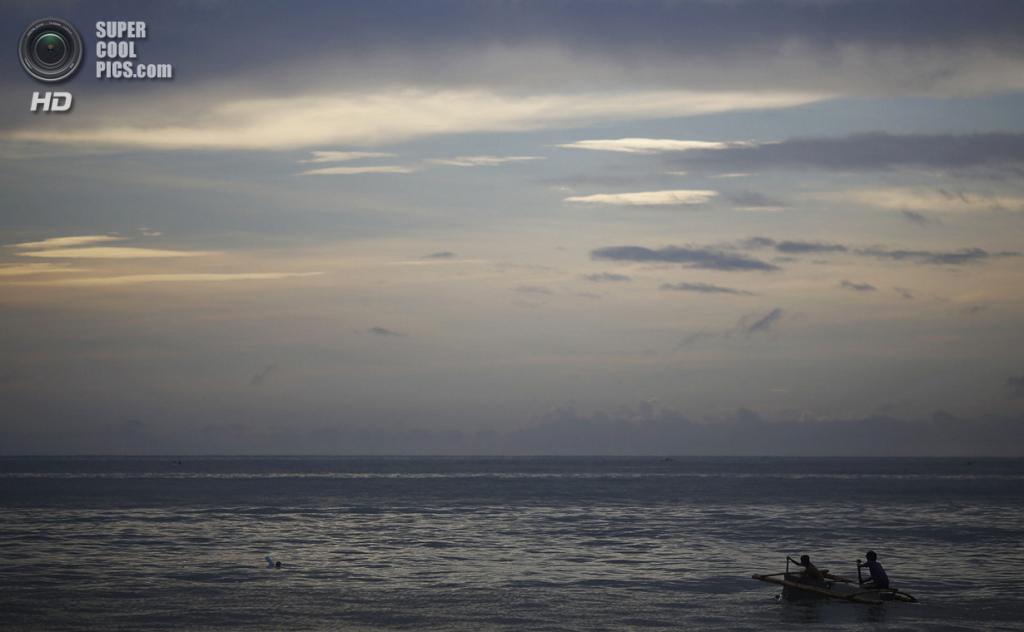 Филиппины. Танауан, Лейте. 20 ноября. Рыбаки плывут на лодке, сделанной из поломанного холодильника и бамбука. (REUTERS/Damir Sagolj)