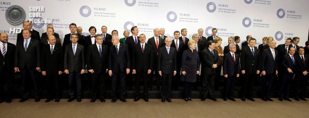 Литва. Вильнюс. 29 ноября. Коллективное фото на память во время саммита «Восточного партнерства». (REUTERS/Ints Kalnins )
