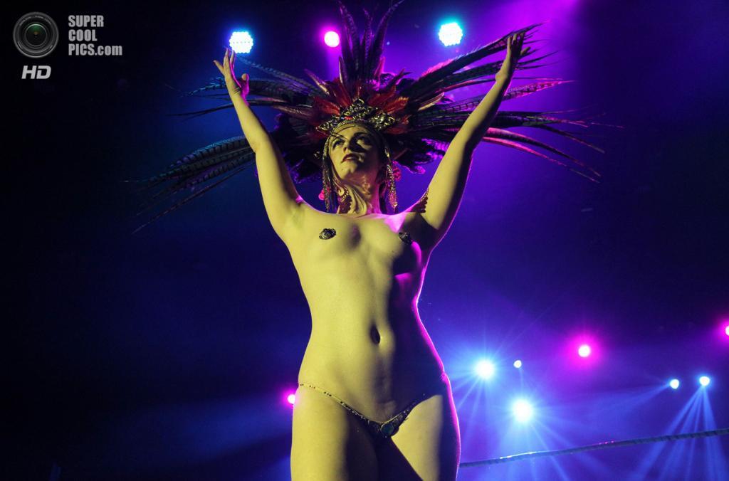 США. Лос-Анджелес, Калифорния. 30 октября. На рестлинг-шоу «Lucha VaVOOM: Noche de los Salvajes!» — театрализованной и комедийной постановке «борьбы добра со злом» согласно мексиканской традиции. (David McNew/Getty Images)