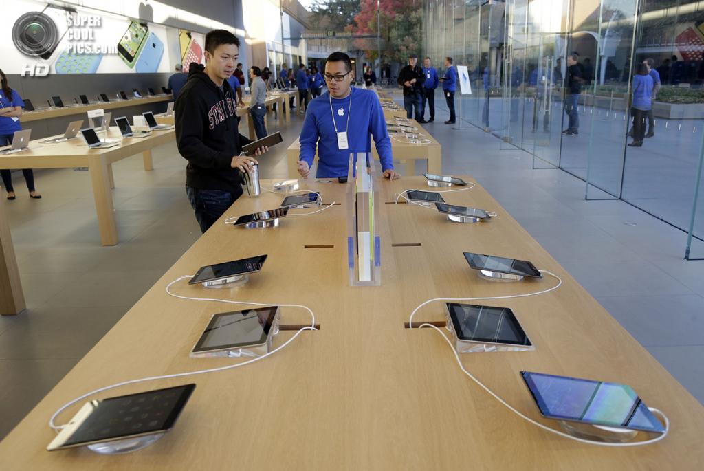 США. Стэнфорд, Калифорния. 1 ноября. Начало продаж iPad Air. (AP Photo/Marcio Jose Sanchez)