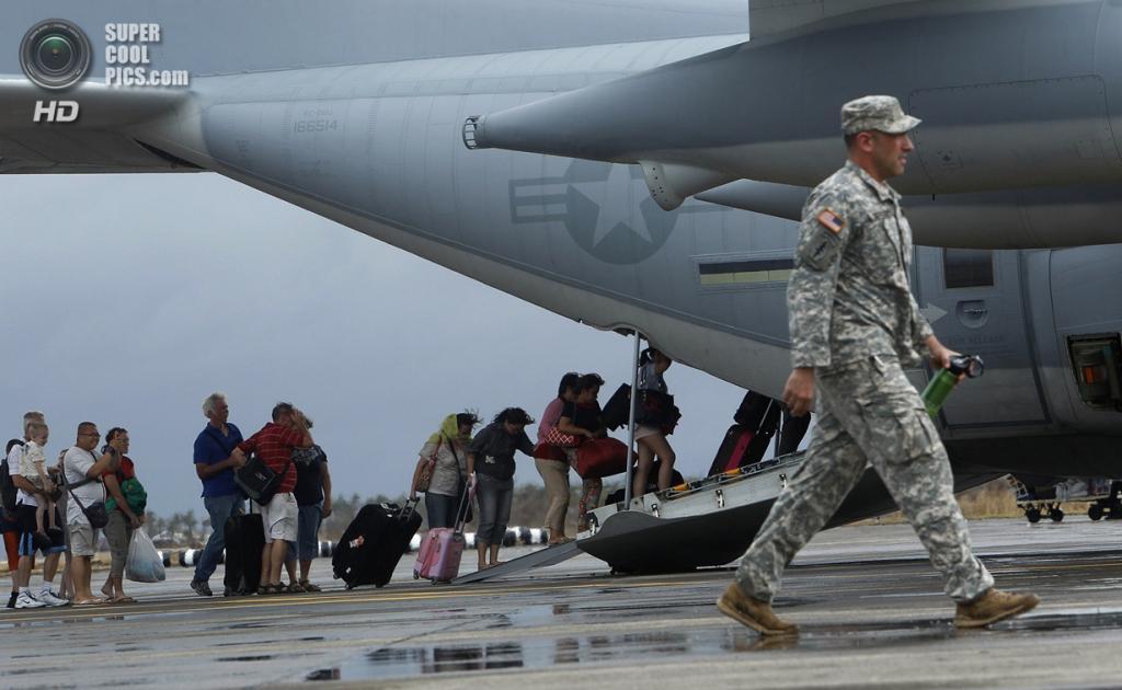 Филиппины. Таклобан. 12 ноября. Эвакуация туристов. (REUTERS/Edgar Su)