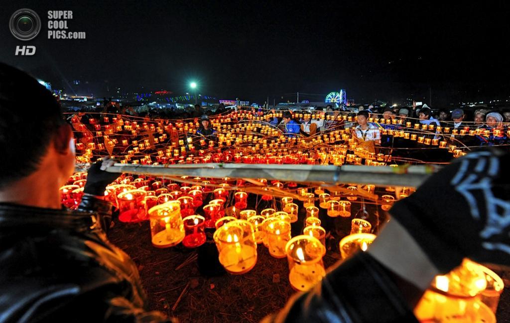 Мьянма. Таунджи, Шан. 16 ноября. Во время фестиваля Тазаундаин. (YE AUNF THU/AFP/Getty Images)