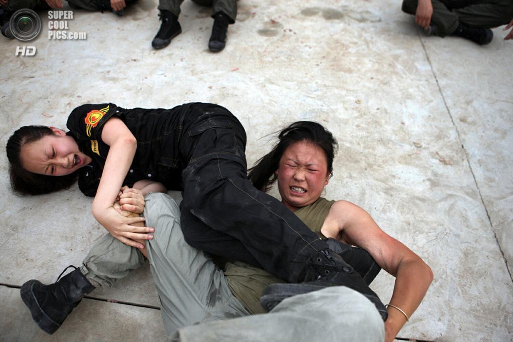 Китай. Пекин. 21 ноября. Во время обучения телохранителей Академии безопасности Чингиса. (ImagineChina/The Grosby Group)