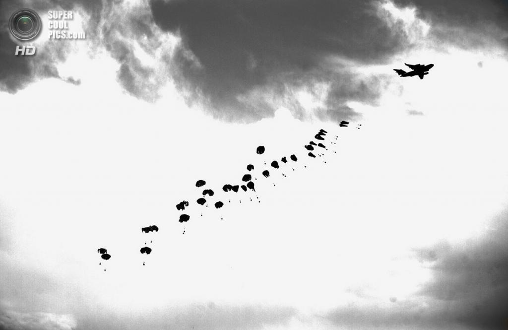 Афганистан. Гильменд. 4 июня 2011 года.Сброшенное продовольствие для американских морских пехотинцев. На фоне — приближающаяся пыльная буря. (AP Photo/Anja Niedringhaus)
