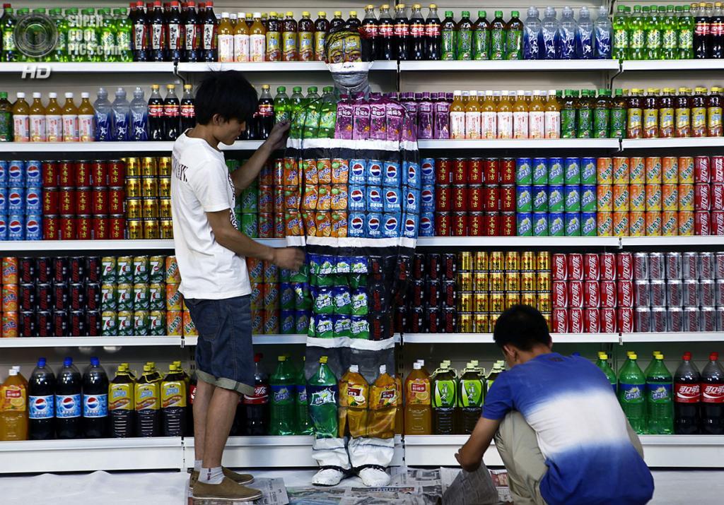 Китай. Пекин. 10 августа 2011 года. Правильная постановка, и камуфляж готов! (AP Photo)