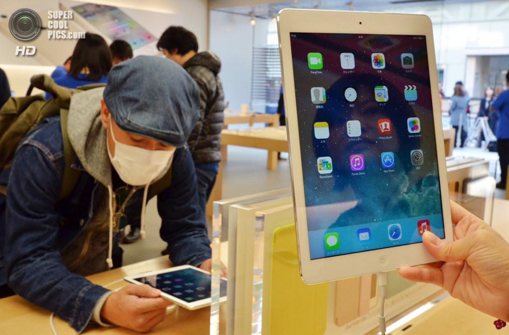 Япония. Токио. 1 ноября. Начало продаж iPad Air. (YOSHIKAZU TSUNO/AFP/Getty Images)
