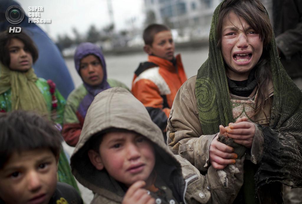 Афганистан. Кабул. 4 марта 2012 года. Афганская девочка-беженка плачет, после того как другой ребёнок украл у неё талон на питание. (AP Photo/Anja Niedringhaus)