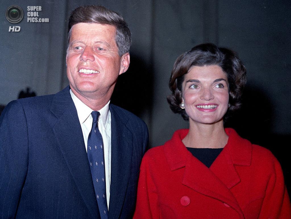 Джон Ф. Кеннеди со своей женой Жаклин Бувье. (AP Photo)