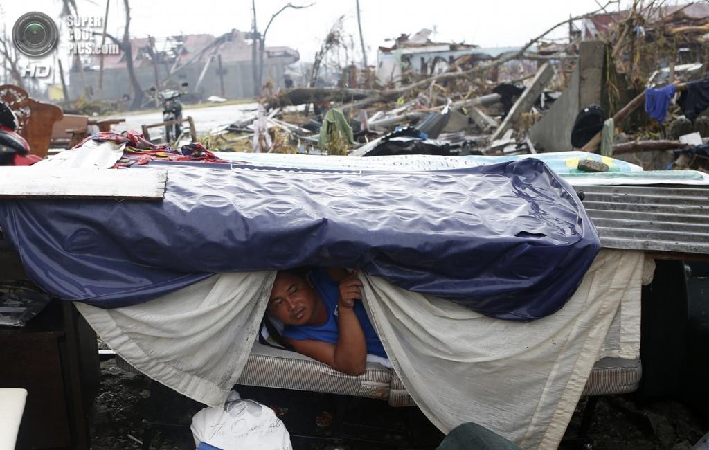 Филиппины. Пало. 12 ноября. Импровизированное жилище. (REUTERS/Erik De Castro)