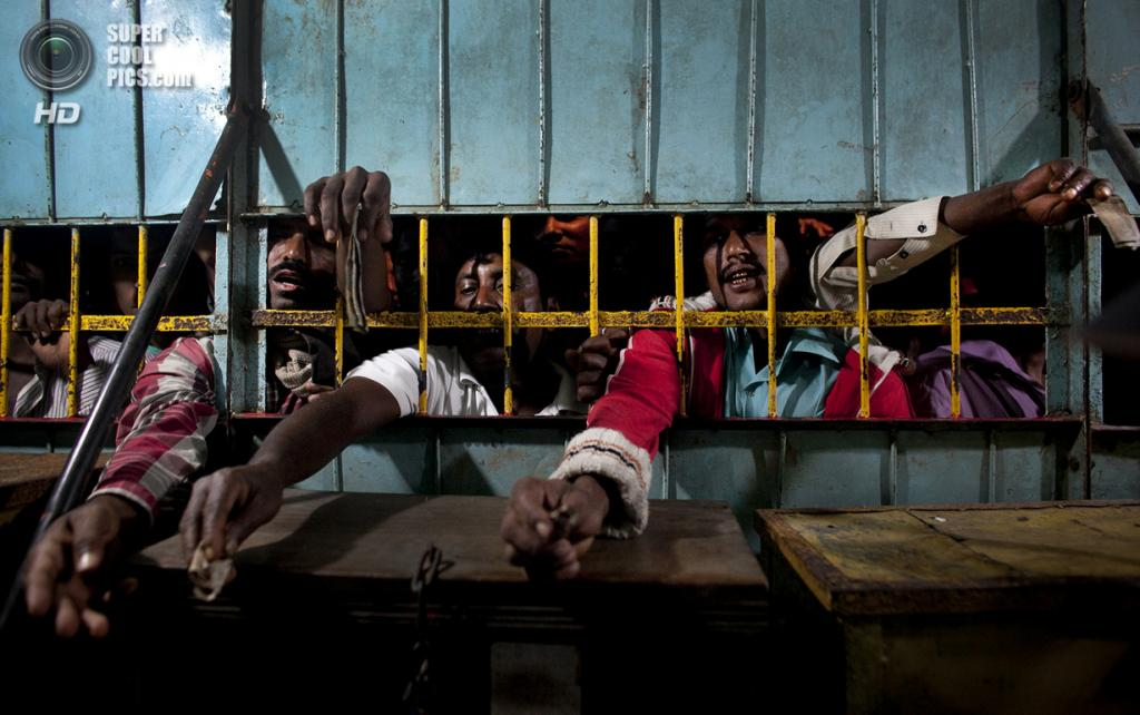 Бангладеш. Джамша. 31 октября. Мужчины пытаются приобрести лучшие билеты на цирковое шоу. (Getty Images)